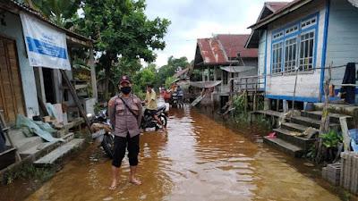 Polsek Belitang Hilir Cek Ketinggian Banjir di Belitang Satu