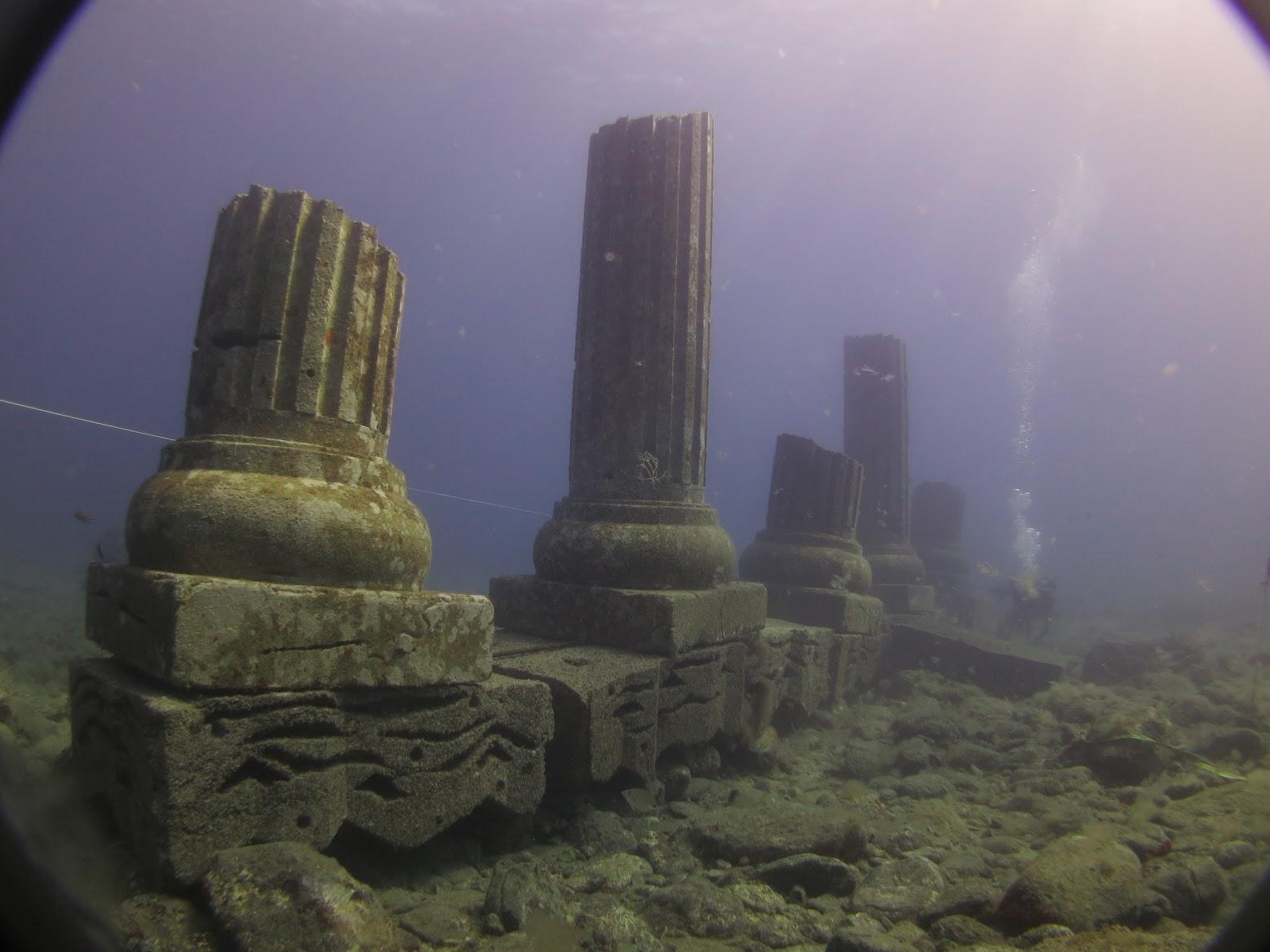 Ddecorado submarino con forma de columnas
