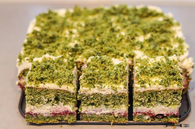 ciasta i desery,zielone ciasto, ciasto ze szpinakiem, leśny mech, zielony biszkopt, biszkopt ze szpinakiem, ciasto z kremem śmietanowym, krem śmietankowy z mascarpone,ciasto z dżemem,