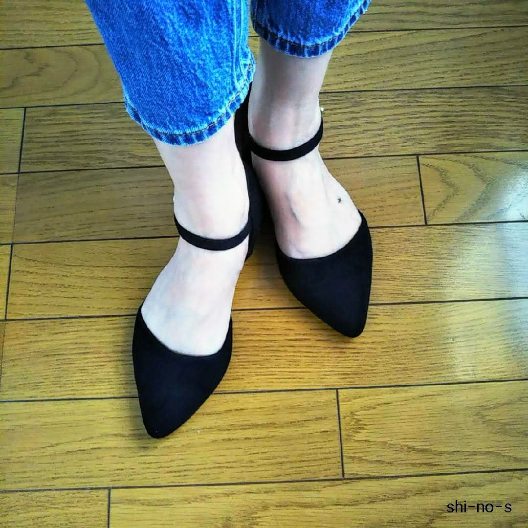 黒いストラップ付きパンプスを、履いている足元のアップ