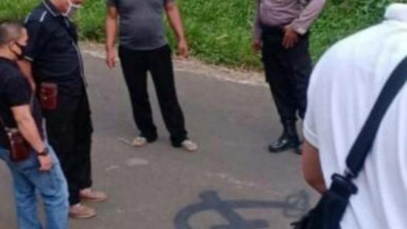 Gambar Palu Arit Mirip Logo PKI Muncul di Tengah Jalan, TNI Turun Tangan.