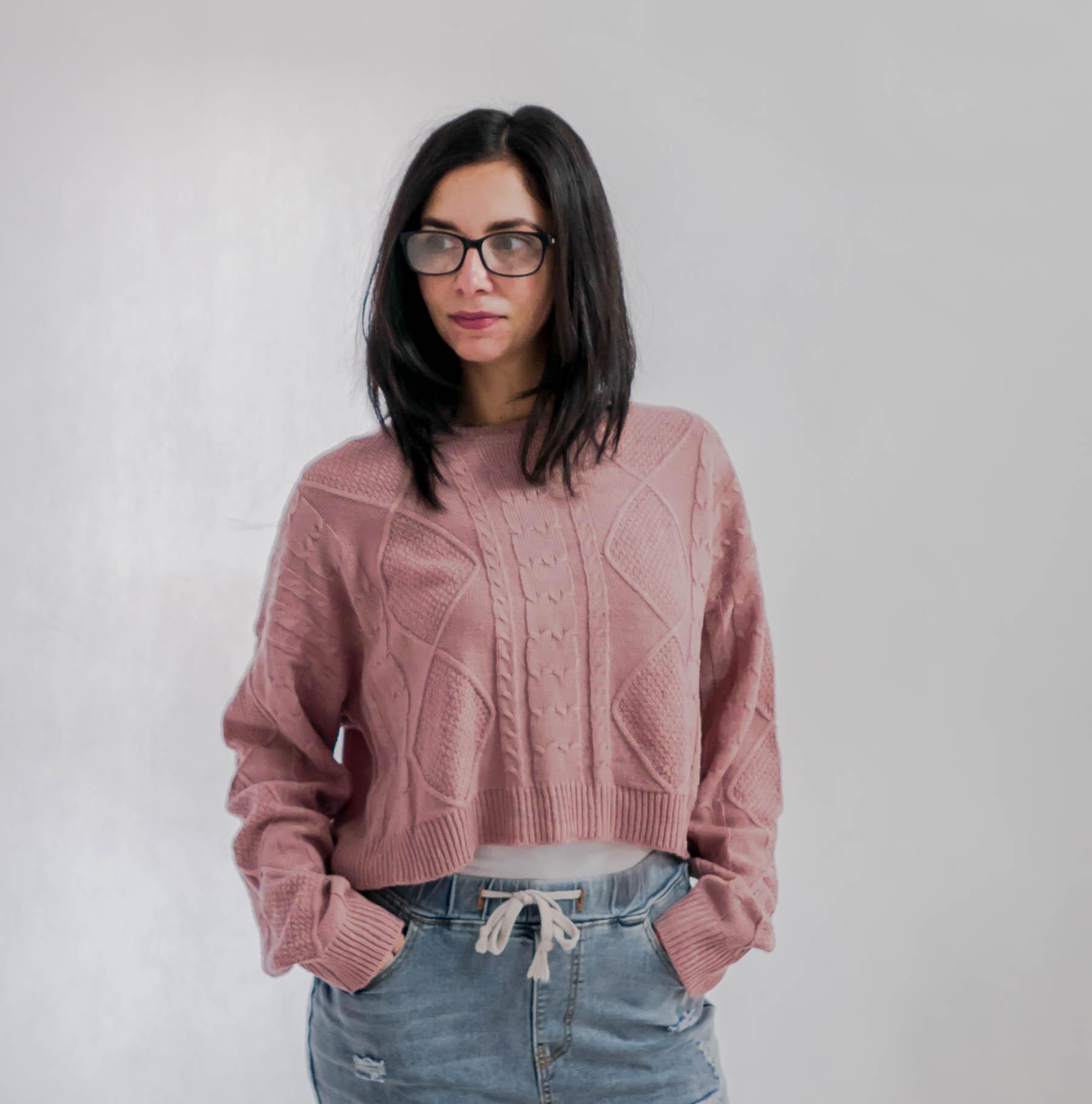 Wełniany sweterek w kolorze brudnego różu.