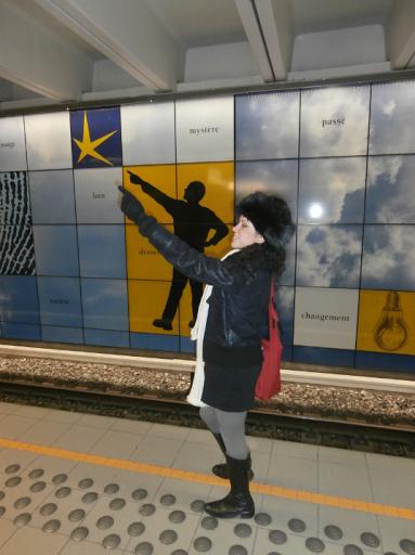 (Imagen) De repente me encontraba en la Metropolitana de Bruselas, algo perdida porque no sabía cómo ir hasta el atomium bruselas, esa estructura famosa de atomo bruselas, creo que sea más que obvio por el nombre saber de qué se trataba