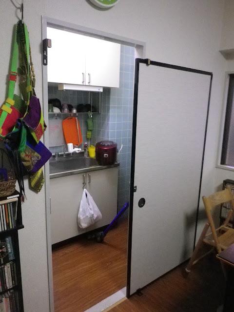 ともみち くん から 完全防衛 !! リビングから台所への通用口に鍵付きのフスマを設置。