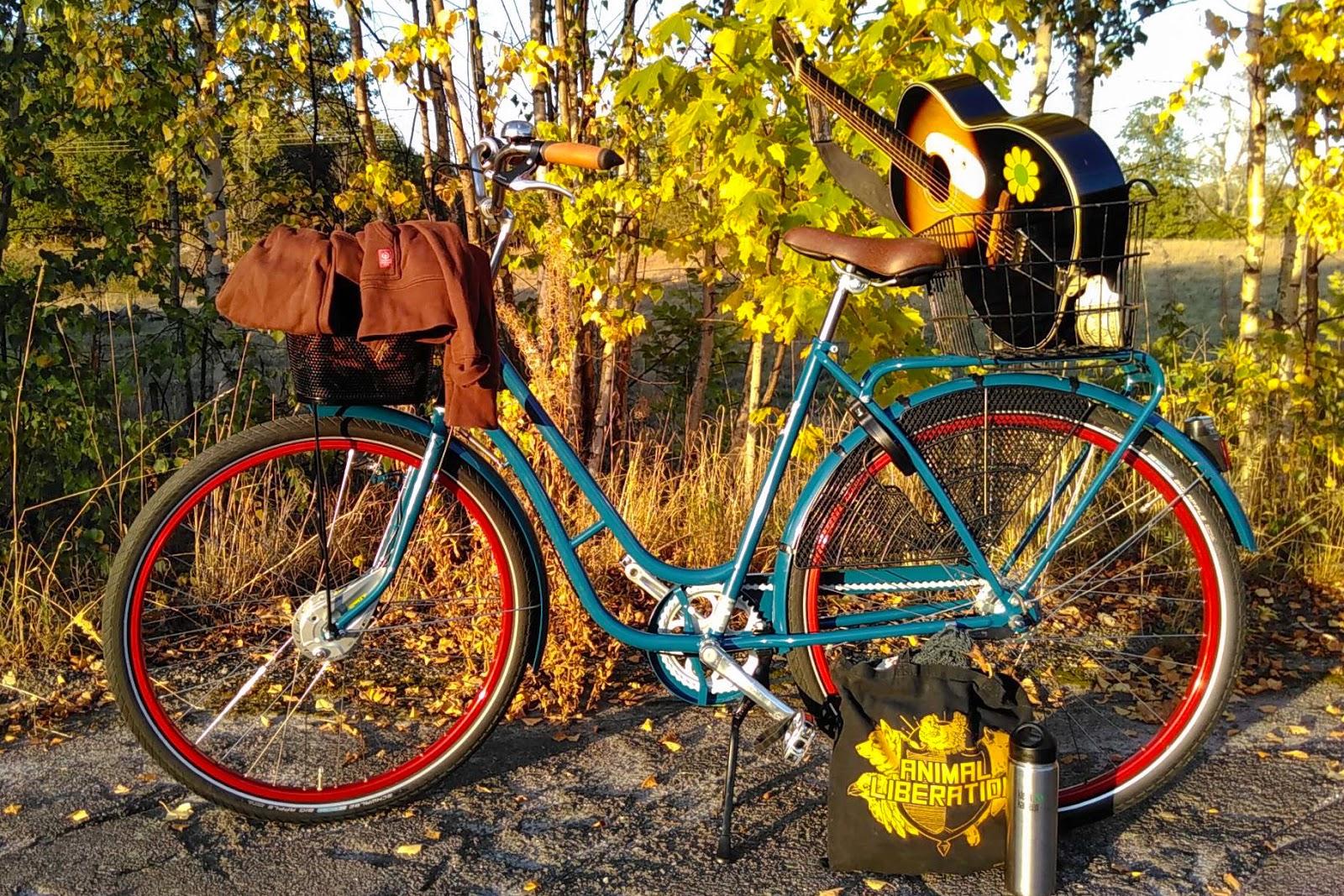 Pilen Lyx Special Blå helfärgad. Extrautrustning: röda fälgar, centralstöd Atran Moove och handtag Primergo kork.
