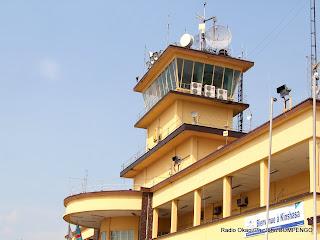 Tour de contrôle de l'aéroport international de Ndjili à Kinshasa, géré par la régie de voie aérienne(RVA). Radio Okapi/Ph. John Bompengo