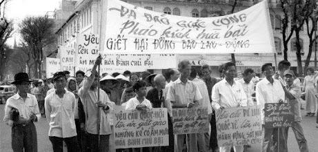 Photo: BÊN THẮNG CUỘC - HUY ĐỨC                 Hàng trăm công dân Sài Gòn diễu hành trước Tòa nhà Quốc hội để phản đối Việt cộng pháo kích tấn công hỏa tiễn vào thành phố. Hầu hết người biểu tình đến từ các khu vực đã bị ảnh hưởng nặng nề trong cuộc pháo kích ngày 22 tháng 8. Họ mang các biểu ngữ (1) kêu gọi Quốc hội lên án gắt gao với những kẻ có âm mưu hòa bình chủ bại, (2) Kêu gọi dư luận thế giới lên án các hoạt động khủng bố ở Sài Gòn, và (3) yêu cầu dừng lại trong việc giết hại người dân vô tội và người dân lao động. http://www.vietnam.ttu.edu/virtualarchive/items.php?item=va002572  Several hundred Saigon citizens march in front of the National Assembly building to protest the recent Communist rocket attack against the capital city. Most of the marchers came from the water front area which was hard hit during the August 22 shelling. ; They carried banners that (1) appealed to the National Assembly to condemn those asking defeatist peace, (2) called on world opinion to condemn terrorist activities in Saigon, and (3) demanded a halt in the killing of innocent civilians and workers