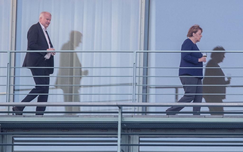 [Merkel+mit+Weinglas+und+Seehofer+hintendrein%5B2%5D]