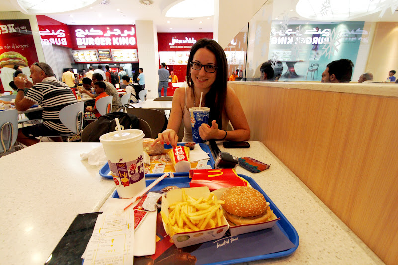 Comiendo unas hamburguesas en el Mall of Emirates