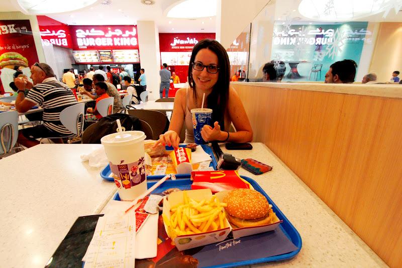 Comiendo unas hamburguesas en el Mall of Emirates