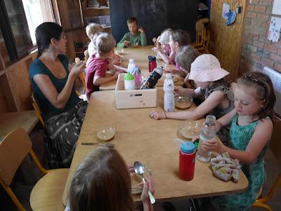 Společný oběd ve srubu