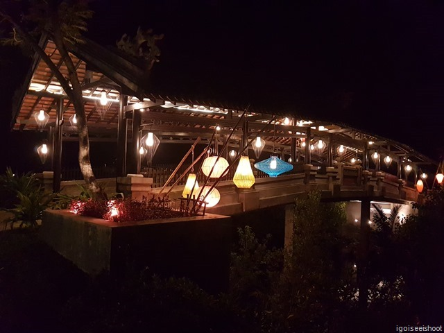 The bridge across the river at Banyan Tree Lang Co is modelled after the famous Japanese bridge found in Hoi An ancient town and is also beautifully lit by lanterns.