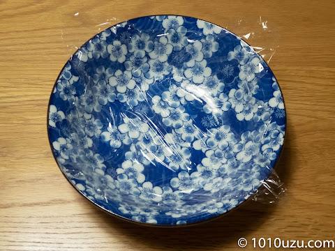 深めの皿にラップを敷く