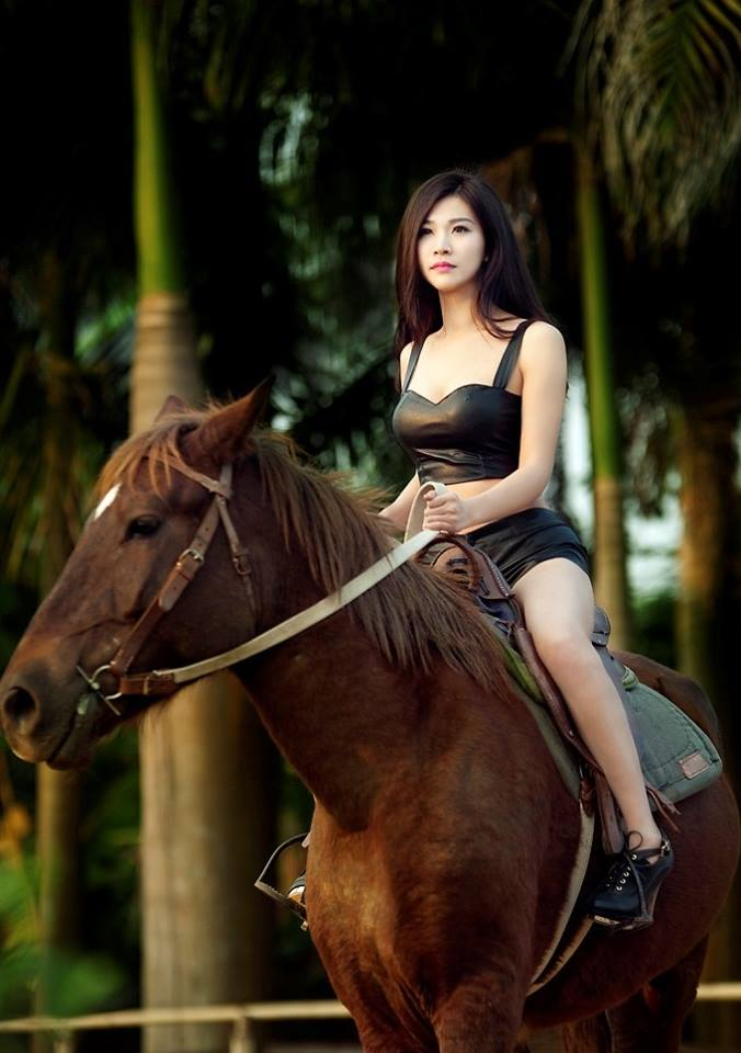Người đẹp thích tư thế cưỡi ngựa