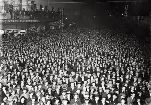 Election night crowd, Wellington, 1931, William Hall Raine, Alexander Turnbull Library, Flickr Commons / National Library NZ