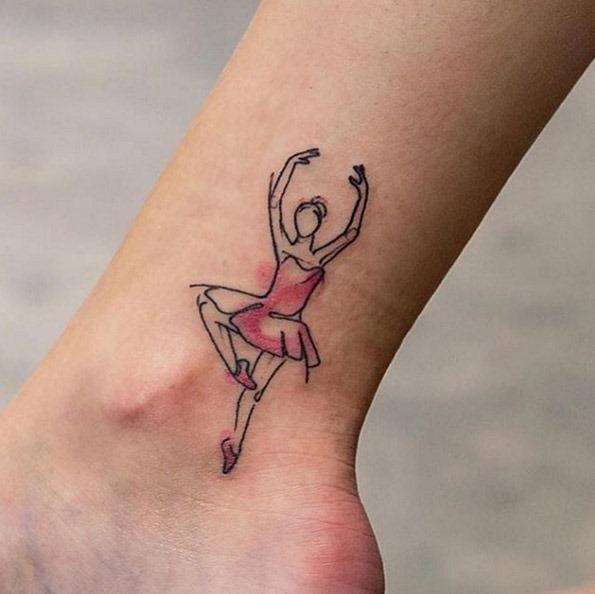 Esta pequena dançarina tatuagem com um toque de cor-de-rosa