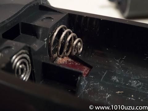 電池との接触部分が液漏で腐食している