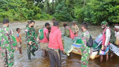 Peduli Kesulitan Warga, Satgas Yonif 125/Si'mbisa Bantu Evakuasi Jois Sanggra ke Puskesmas