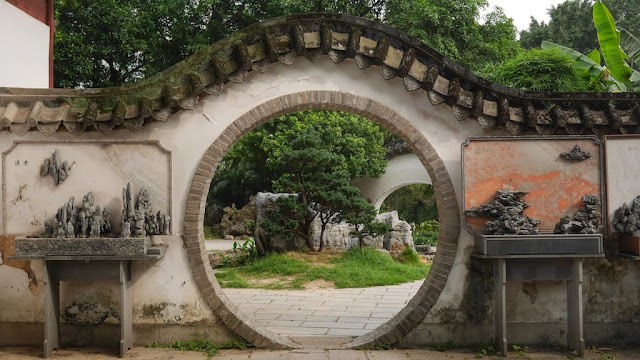 circular entranceway at Kaihua Temple in Fuzhou