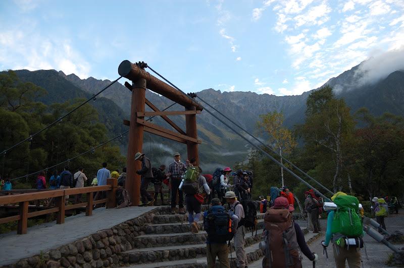 早朝の登山客でごった返す河童橋