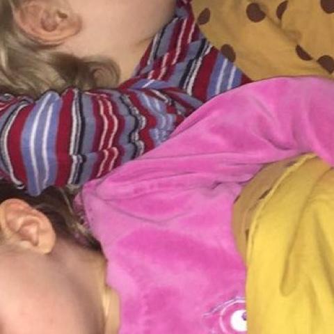 Kinder kuscheln beim Schlafen