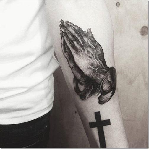 tatuaje_realistica_de_las_manos_en_oracin_en_el_brazo