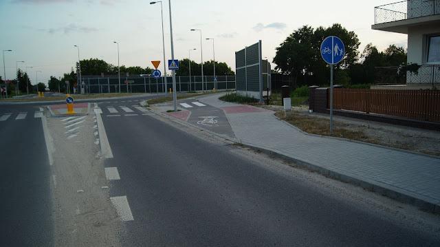Wokół ronda w Kamieniu biegną drogi dla rowerów. Warto zwrócić uwagę na prawidłowe zaprojektowanie odwodnienia. Studzienki zawsze znajdują się przed wjazdem na drogę dla rowerów. Umieszczono je tak by zbierały wodę przed wjazdem na drogę dla rowerów.