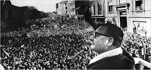 Allende grüßt eine riesenhafte Demonstration