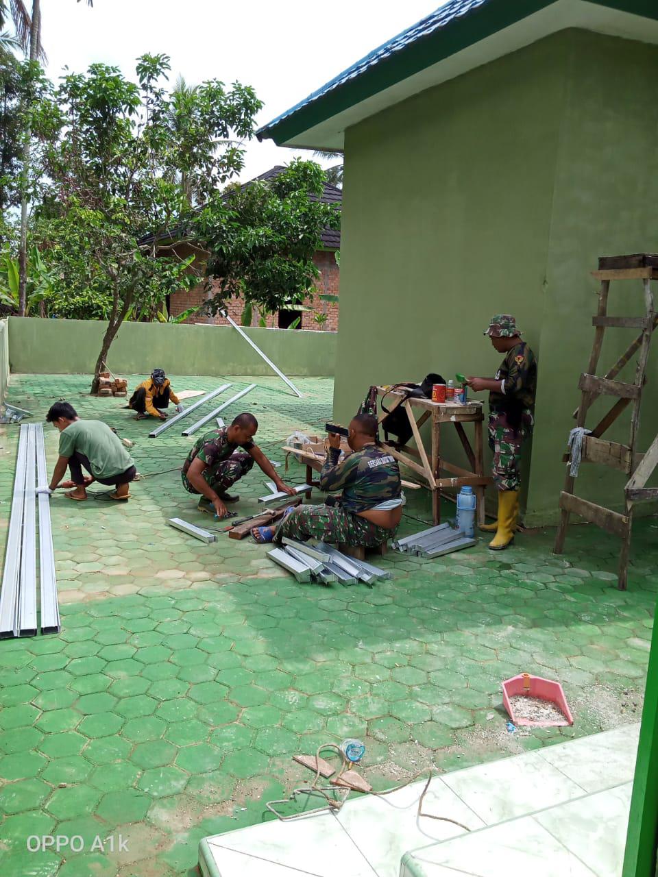 Satgas bereskan sisa sisa bahan material renovasi masjid Nurul Imam