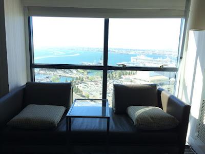 To stoler foran et vindu med storslått utsikt.