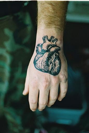 Coracao tatuagem na mao para homens