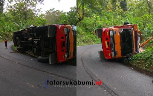 Truk Muatan Kayu Gelondongan Terguling di Jalan Palabuhanratu - Kiaradua