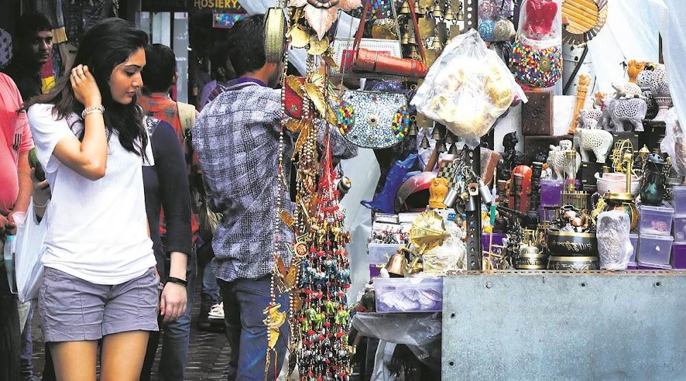 christmas-decor-shopping-in-mumbai_colaba_causeway1