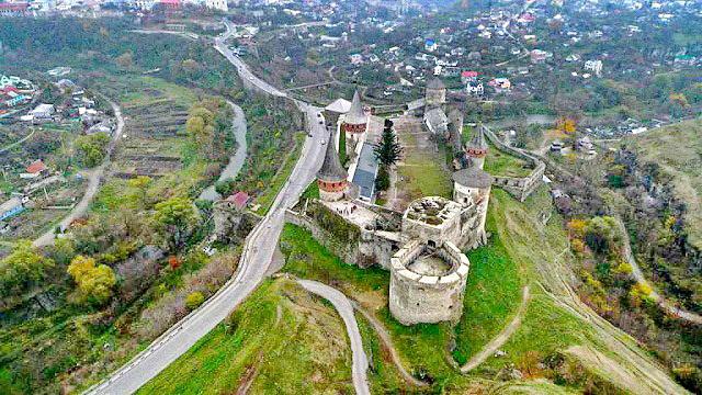 Кам'янець-Подільська фортеця з висоти пташиного польоту. Попереду - Нова західна башта, за нею Денна