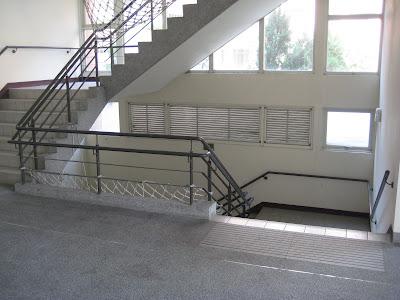 這是通往地下室(教師研究室)的樓梯