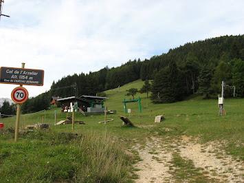 Panneau et station de ski au sommet