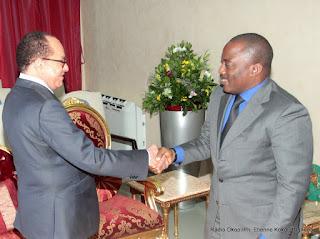 Le président Joseph Kabila a reçu la délégation de l'opposition Républicaine(OR) conduite par leur président, le sénateur Léon Kengo Wa Dondo le 8/06/2015 dans son bureau officiel au palais de la nation à Kinshasa lors des consultations. Radio Okapi/Ph. Kokolo