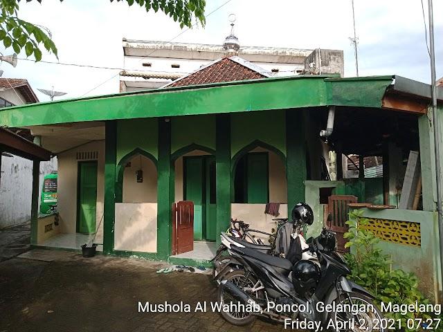 Bersih masjid di Mushola Al Wahhab, Poncol, Gelangan, Magelang