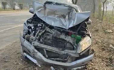 ट्रैक्टर से हुई टक्कर में कार के उड़े परखच्चे, 3 युवकों की दर्दनाक मौत