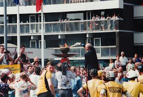 Burgemeester Mans ontsteekt het bevrijdingsvuur in Enschede.