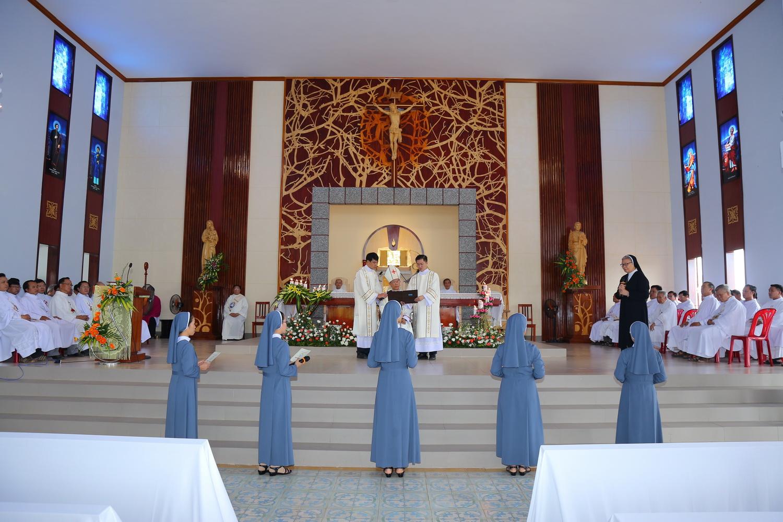 Thánh lễ tuyên khấn lần đầu của Hội Dòng Nữ Tỳ Chúa Giêsu Tình Thương