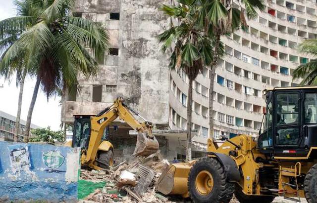 Demolição de estruturas irregulares marca mais um capítulo melancólico do Edifício Holiday