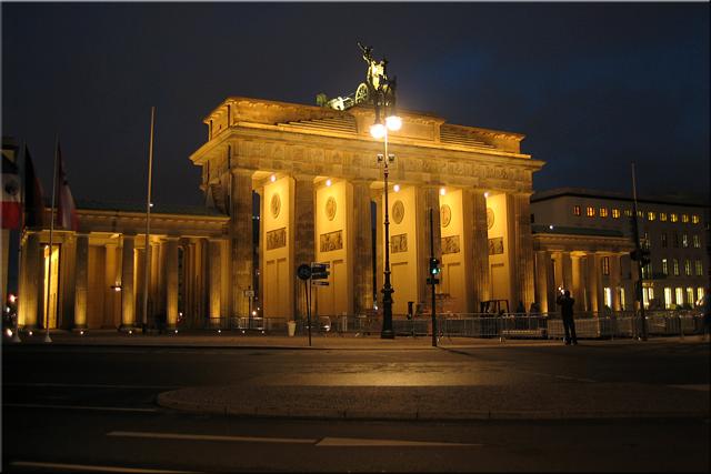 Vista nocturna de la Puerta de Brandenburgo (Brandenburger Tor) desde la Platz Des 18. März (2010)