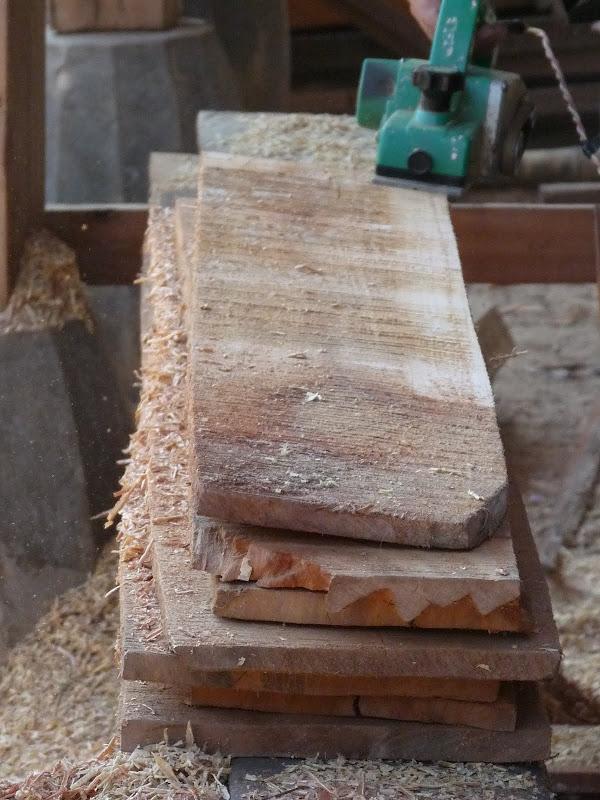 les milliers de planches, brutes de sciage sont rabotées une par une