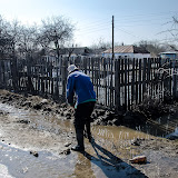 Рытье канав для стока талых вод - такое происходит ежегодно