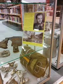 Luchtoorlog. Amerikaanse parachute en resten van neergestorte vliegtuigen. Een Focke Wulf en een P-38 Lightning.
