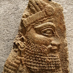 Assyrie - Tête de prêtre (albâtre gypseux, Assyrie, palais de Teglat-Phalasar III à Nimrud, 3e quart du VIIIe siècle avant J.-C.)