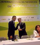 """Dia 2 de setembro de 2014, na PUC, da abertura da II° Jornada Internacional da Olivicultura. Na cerimônia Germano Rigotto recebe o """"Troféu Celeste Gobatto"""", da ARGOS, pelo apoio dado ao desenvolvimento da olivicultura, durante o seu governo."""