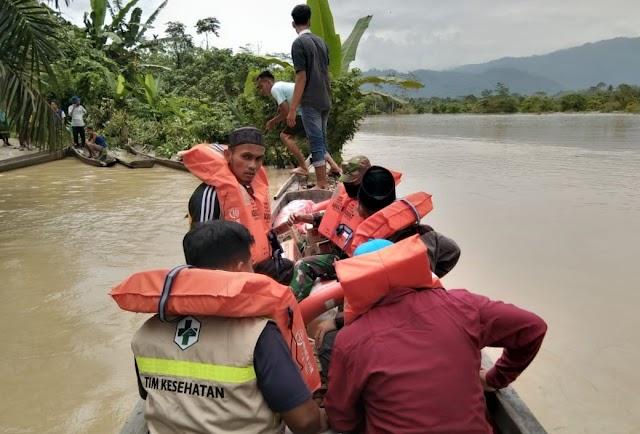 TNI - POLRI Bersinergi, Evakuasi Korban Banjir di Penghujung Kabupaten Aceh Timur