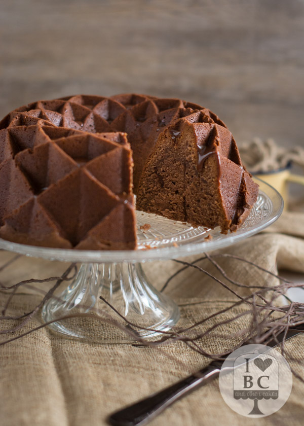 bundt cake con chocolate caliente
